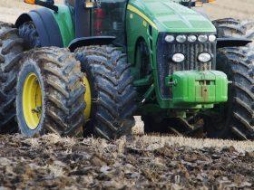Service av traktorer och jordbruksredskap.